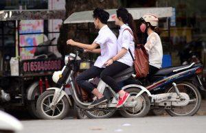 tình yêu học trò thời nay đi lại bằng xe điện hoặc xe máy