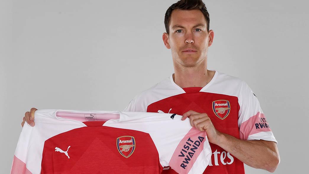 Lichsteiner gia nhập Arsenal